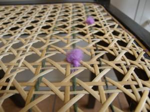 Chaise cannée en canne de rotin et laine filée à la main