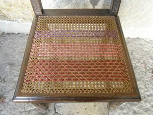 Chaise cannée et ruban
