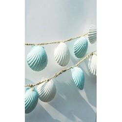 Coquillages sur un fil